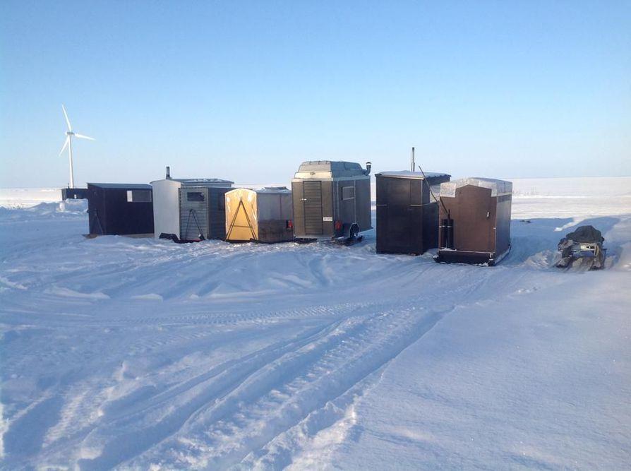 Lumijoen Varjakassa on yhteensä tusinan verran pilkkikoppeja.
