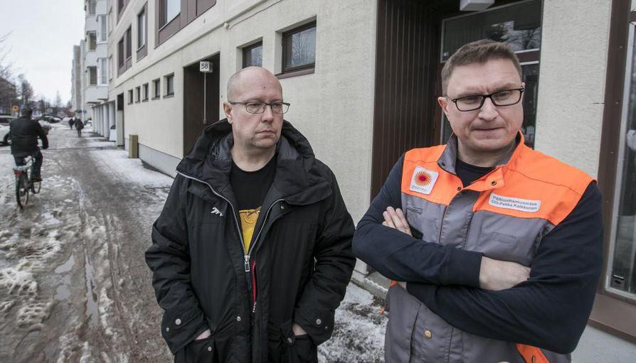 Ammattiosaston puheenjohtaja Ari Itämies ja pääluottamusmies Olli-Pekka Kaikkonen kertoivat henkilöstön vastatoimista tuoreeltaan Kalevalle Paperiliiton ammattiosaston toimitilan Nuottatuvan ovella Heinäpäässä.