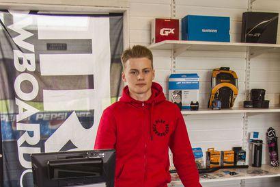 Pyörähuoltamo laskettelurinteen juurella – 17-vuotias Veeti Yrjänheikki ryhtyi pyörähuoltamoyrittäjäksi Ammattiopisto Lappian yrittäjyyskurssin avustuksella