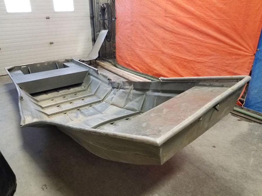 Kanadan Manitoban maakunnassa suoritettujen laajojen etsintöjen aikana poliisi löysi vaurioituneen metallisen veneen, jolla murhasta epäillyn kaksikon arvellaan liikkuneen. Miehiä etsittiin erittäin vaikeakulkuisesta maastosta, jossa liikkuu villieläimiä. Etsijät törmäsivät jääkarhuun ajojahdin aikana.