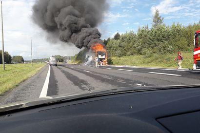 Finlanders-yhtyeen bussi syttyi ilmiliekkeihin kesken ajon Pohjantiellä Ouluntullissa – matkustajat pääsivät ajoissa ulos