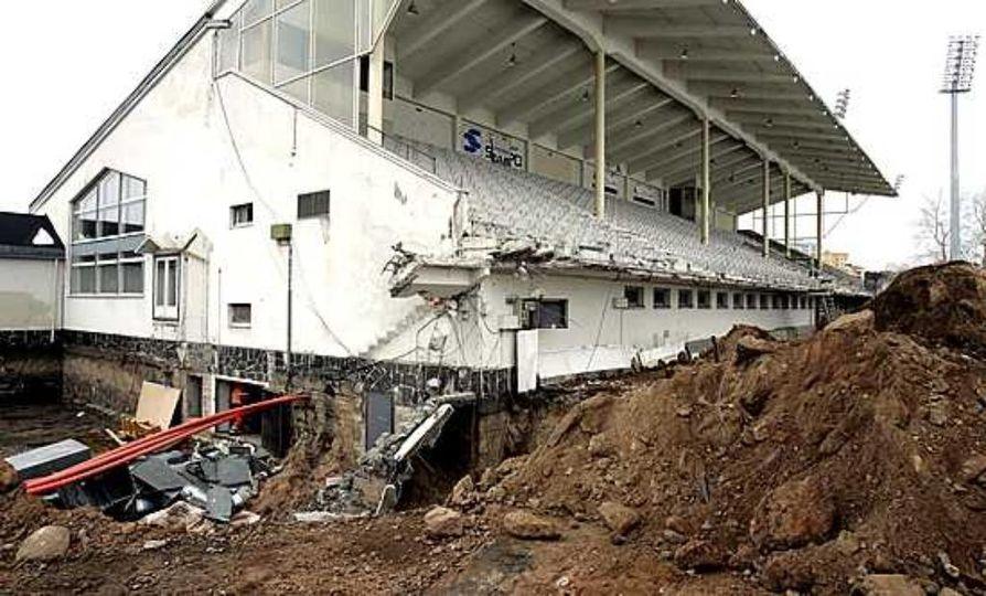Raatin stadionin katsomorakennus pitenee molempiin suuntiin. Sen pohjoispään alle (vas.) sijoittuu uimahallin laajennusosa ja liikuntasali.