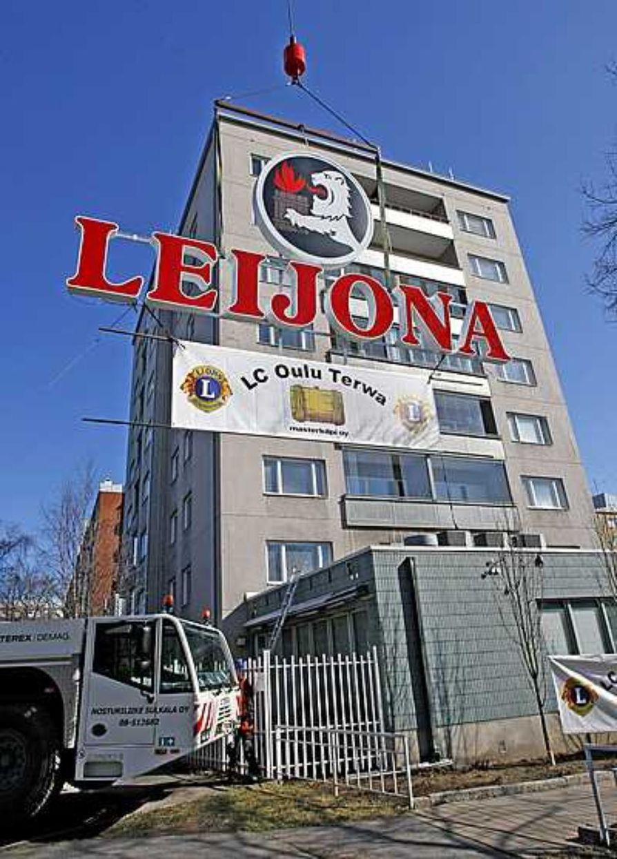 Leijona-kyltti palasi perinteiselle paikalleen vapunpäivänä Tuirassa.
