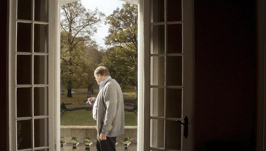 Hannu-Pekka Björkman esittää arkkitehtia, joka katuu syntejään elokuvassa Theon talo.