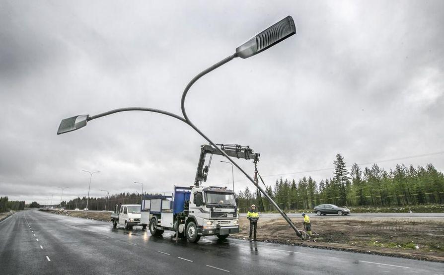 Lokakuussa tieosuudella tehtiin vielä valaistustöitä.