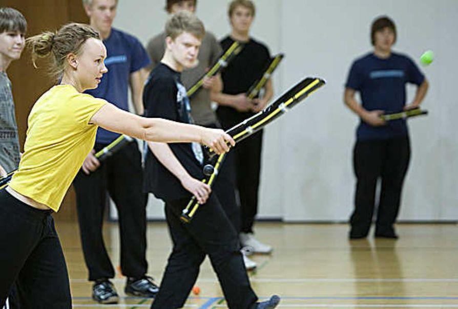 Järvenpään lukion oppilaat harjoittelevat pelaamaan Leet-palloa.