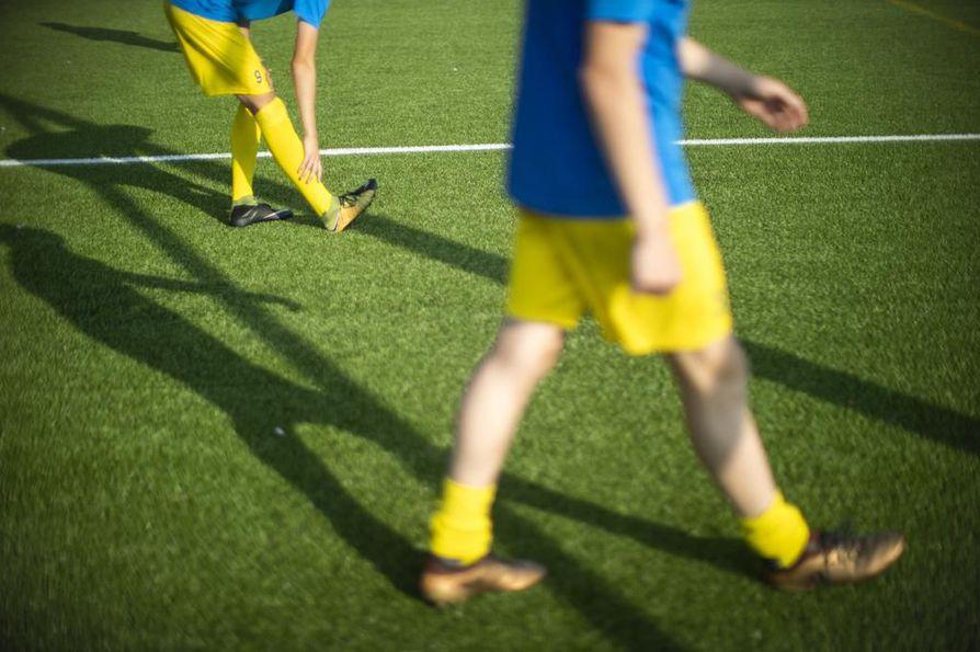 Nuorten urheilijoiden valmennuksessa on esiintynyt tapauksia, joissa ohjaajia epäillään epäasiallisesta, alistavasta, nöyryyttävästä tai seksuaalisesti häiritsevästä käytöksestä. Kuvituskuva.