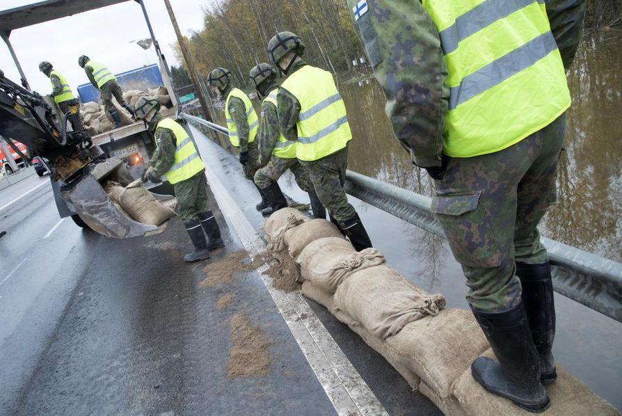 Puolustusvoimat kutsuttiin apuun rakentamaan tulvavallia Turunväylällä Espoossa. Suomessa on yhteensä noin 460 tierekisteriin vietyä tulvakohdetta.