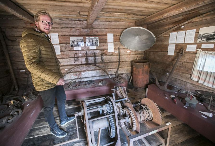 Päätalon kirjoissa kuvaillaan paljon muun muassa tukinuittoa. Niinpä Iin kotiseutumuseon pihapiirin uittomuseossa on mukava käydä tutkimassa uitossa aikoinaan käytettyjä työkaluja, Janne Puolitaival kertoo.