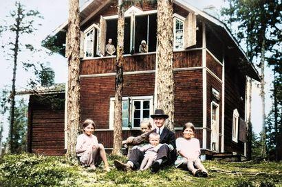 Kesäistä huvilaelämää, lehmä kurkkimassa navettakorsusta ja Anneli-tyttö isänsä polvella – Sadan vuoden takainen Kuusamo heräsi eloon tekoälyn värittämänä