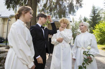 Oulussa vietetään jälleen kesäjuhlia kirkoissa – sunnuntaina konfirmaatiota viettävät nuoret tykkäsivät viikon kestäneestä rippikoululeiristään
