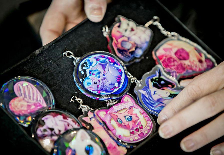 Avaimenperät, korut ja muut pikkutavarat tyypillisiä tuotteita, joita Riikka Martin esittelee con-tapahtumien taidekujilla.