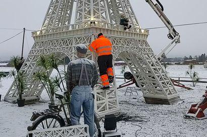 Pasi Keskisarjan hurja projekti huipentui lauantaina: 14-metrisen Eiffel-tornin ylin osa nostettiin paikalleen Nivalassa