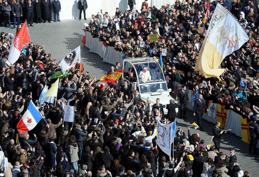 Pietarinaukiolle kokoontunut väkimassa vastaanotti Paavi Benedictus XVI:n vimeistä kertaa keskiviikkona.