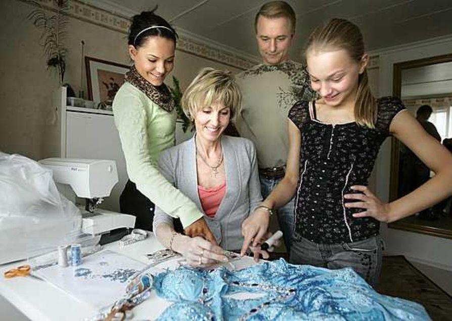 Marika Mäkinen ompelee Katrille ja Karoliinalle yhteensä kymmeniä tanssipukuja vuodessa. Jokainen paljetti ja strassi kiinnitetään paikoilleen yksitellen. Isä Timo Mäkinen toimii makutuomarina.