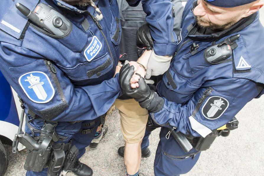 Vaikka poliisi esittäisi rikosperusteista karkottamista henkilöstä, joka on syyllistynyt vakaviin rikoksiin Suomessa, Maahanmuuttovirasto voi kokonaisharkintaan perustuen pyörtää karkottamisen. Arkistokuva.