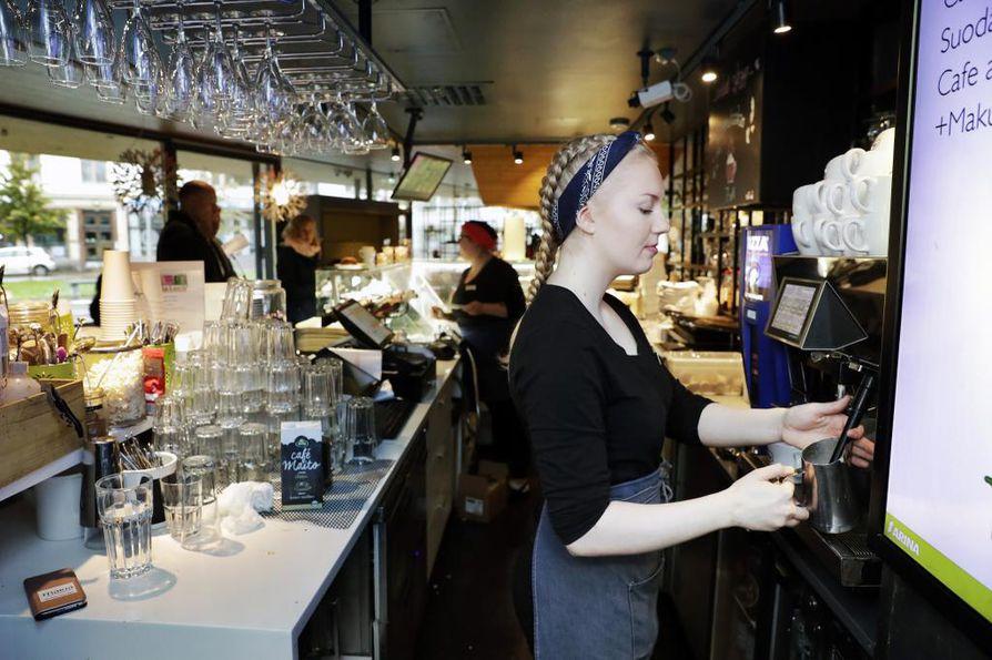 Puistokahvila Makiassa Oulussa työskentelevä Iina Ylikulju tekee  usein lisävuoroja, tulee aiemmin töihin tai lähtee myöhemmin kotiin tuuraajapulan takia. Hän joustaa mielellään koska pitää kovasti työstään.
