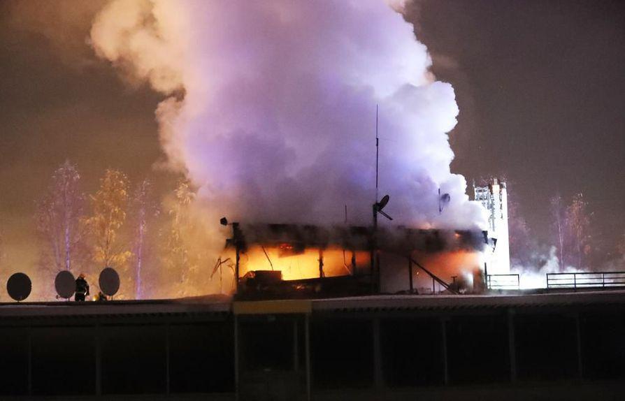 Äimäraution raviradan tulipalo tuhosi katsomorakennuksen yläkerran.