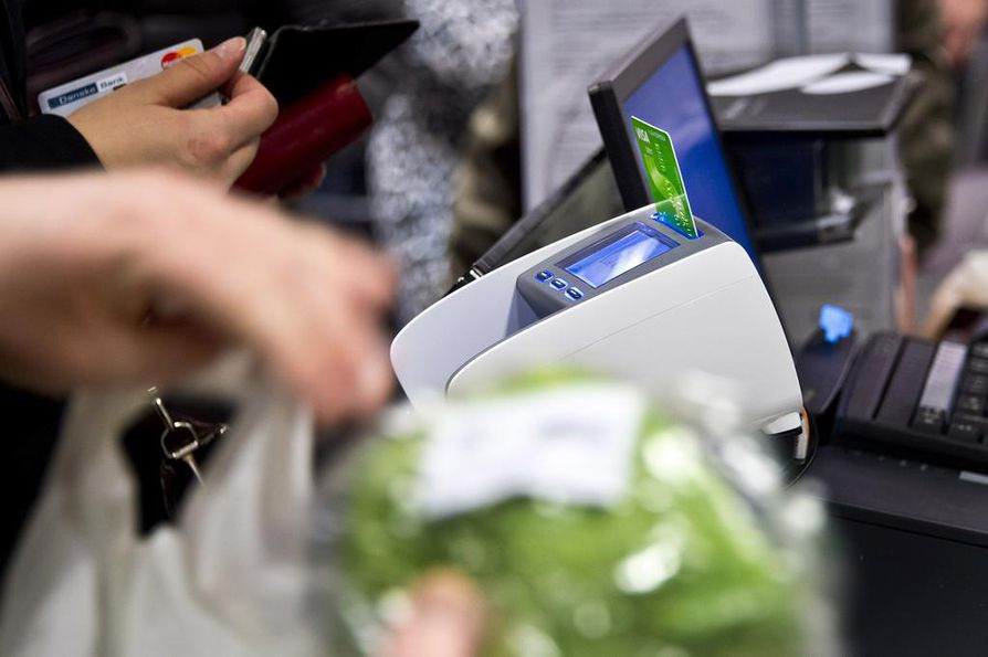 Omistajanvaihdoksen myötä Stockmannin Herkku-myymälöissä vilahteli kassoilla S-ryhmän vihreä bonuskortti.