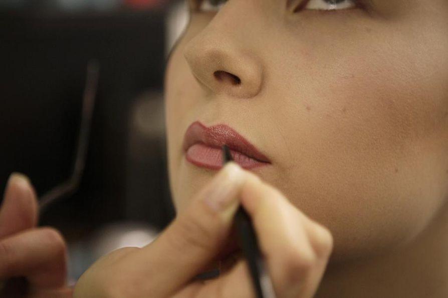 2. Levitä huulikiille huulille ja häivytä rajaus huulikiillolla.