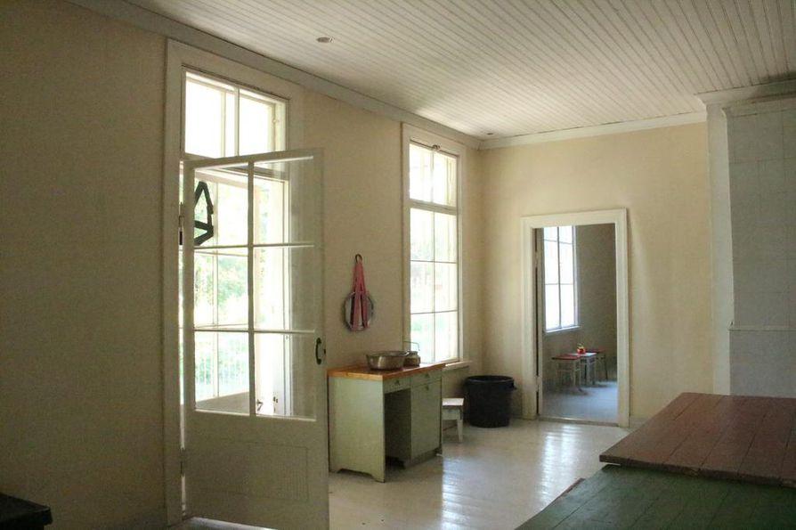 Varjakansaaren taloihin on jätetty huonekaluja ja tavaroita vuosikymmenten varrelta.