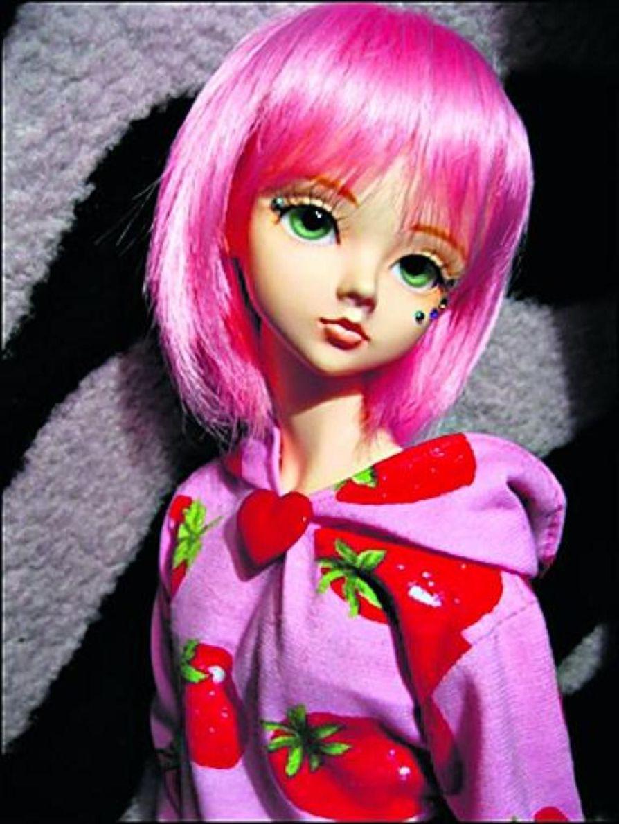 Laura Myllyviidalla on noin 20 nukkea. Sängyllä lempi-Pullipit sekä BJD Nougat.