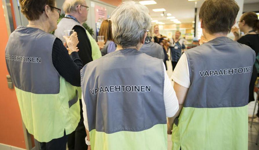 Oulun Keskuspesula Cliini tukee sairaalavapaaehtoistoimintaa Oysissa tarjoamalla liivit ja niiden huollon.