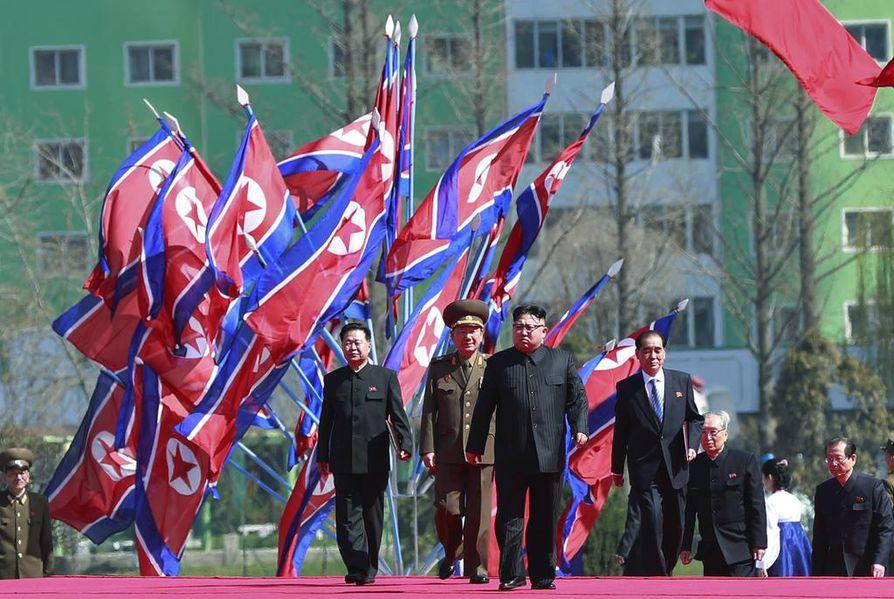 Pohjois-Korean johtaja marssii sotilaiden kanssa  Ryo Myong kadulla huhtikuussa. Kim Jong-un on maan kolmas johtaja. Ennen häntä maata johtivat hänen isänsä ja isoisänsä. Kim Jong-unin isä valitsi seuraajakseen nuorimman poikansa, koska hän oli isoveljeään vahvaluontoisempi. Kulttuuria ja sähkökitaran soittoa harrastava isoveli asuu yhä Pohjois-Koreassa.