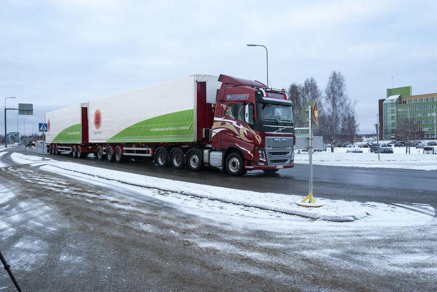 Ensimmäinen Oulun ja Kemin väliä HCT-ajoneuvoyhdistelmällä kulkenut Stora Enson lasti saapui Veitsiluodon tehtaille tiistaina hieman ennen kahta.