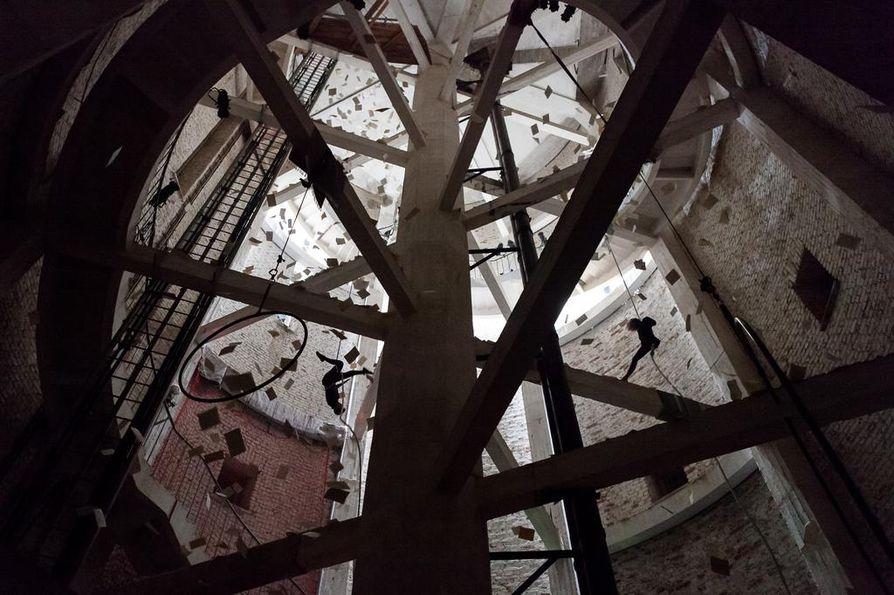 Torni oli paikkasidonnainen ja monitaiteellinen teos, jota esitettiin Intiön vesitornissa Oulussa 2016.