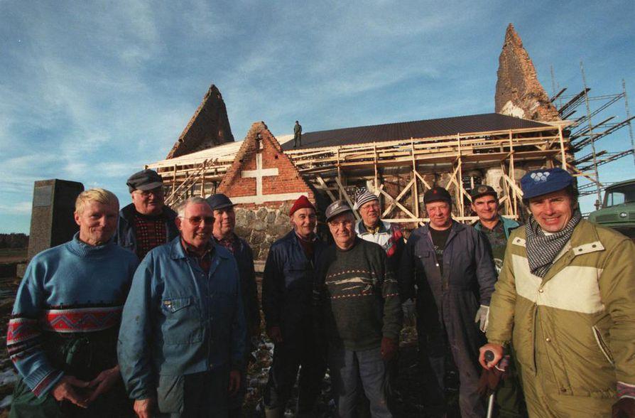 Tyrvään kirkkopalon jälkeen aloitettiin talkoot kirkon uudelleen rakentamiseksi kuten Ylivieskassakin. Työtä rahoitettiin keräyksillä ja lahjoituksilla. Kuvassa talkooväkeä syksyllä 1997. Kirkko avattiin uudestaan käyttöön 2003.