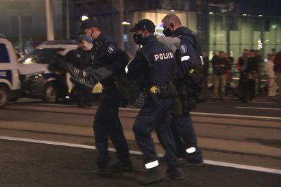 Poliisi aloitti mielenosoittajien kiinniotot Mannerheimintiellä – näin Elokapina-aktivisti kannettiin poliisien linja-autoon