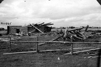 Vanhat kuvat: Katso, millaista tuhoa pyörremyrsky aiheutti Utajärvellä – irti revittyjä kattoja ja veteen vajoavia autoja Oulun seudulla