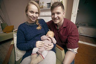 Uusi vuosi toi tyttövauvan – Vuoden ensimmäinen raahelainen nukkui koko haastattelun ajan