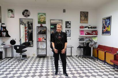 Marja Brink loihti viime vuonna koko itsenäisyyspäivän näyttäviä kampauksia ja meikkejä Linnan juhliin – tänä vuonna hän kokkaa perheelleen