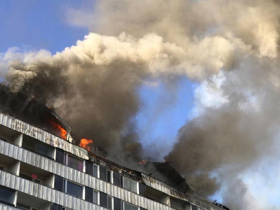 Keskuskartanona tunnettu kerrostalo Porin keskustassa palaa edelleen. Yhdeksänkerroksisen talon ullakko ja kattorakenteet olivat alkuillasta ilmiliekeissä. Ylimmässä kerroksessa on lähinnä asuntoja.