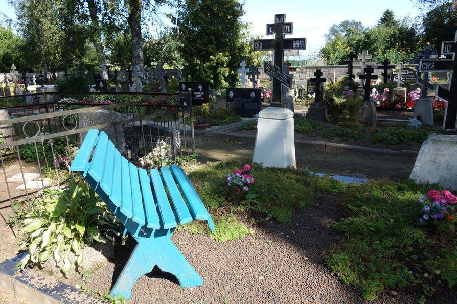 Peipsijärven kylissä on paljon vanhauskoisen ortodoksien kirkkoja ja hautausmaita. Ristissä on kolme poikkipuuta. Penkeillä istutaan ja jutellaan vainajille.