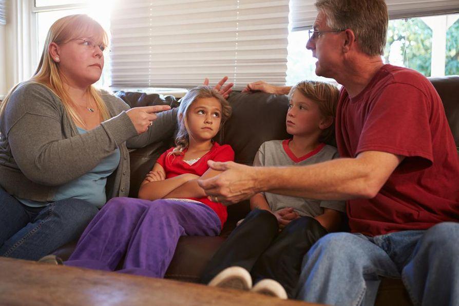 Lapset ottavat aina mallia vanhempiensa erimielisyyksien selvittelystä, parisuhdekouluttaja Marianna Stolbow sanoo.