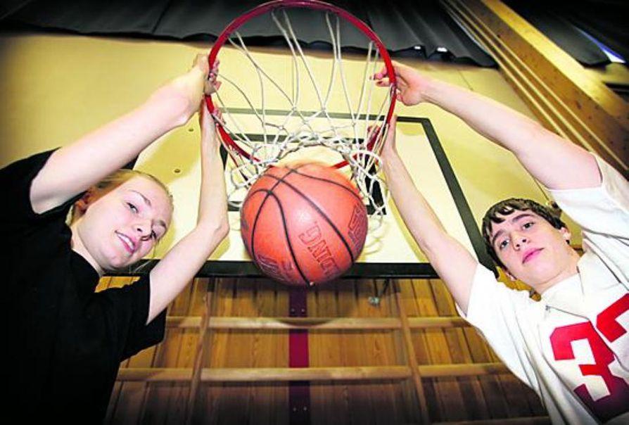 Hanna Hurskainen ja Antti Eskola ovat hakeneet koripallo-oppia myös Oulun ulkopuolelta.