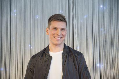 """""""Tänään tehdään koronapaniikkirentoutus"""" – näyttelijä Antti Holma julkaisi Youtube-kanavallaan ASMR-videon koronaviruksesta"""