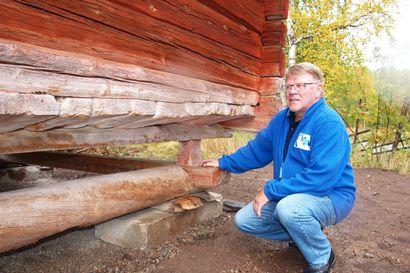 Kemijärven kotiseutumuseo sai pihaansa 200 vuotta vanhan kala-aitan – rakennus kärrättiin paikalleen kokonaisena