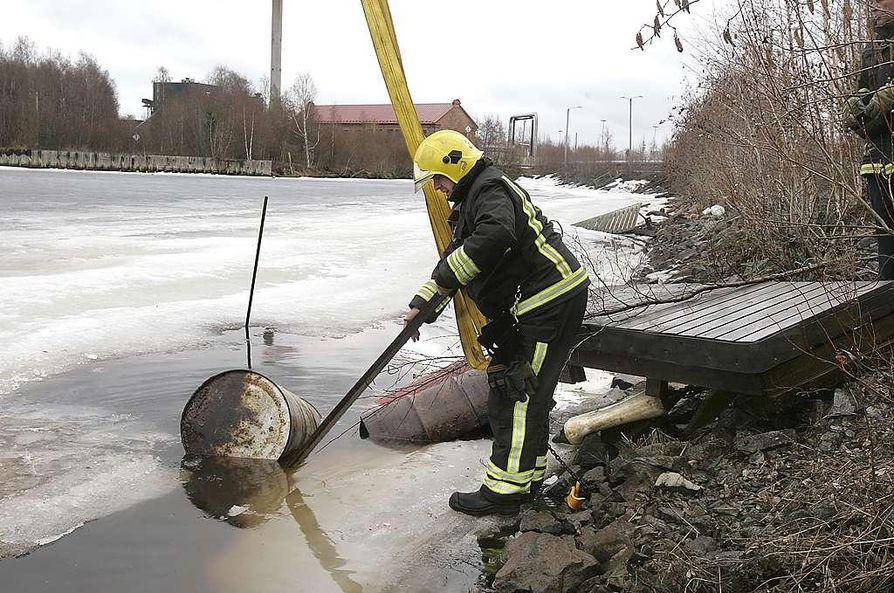 Vuotaneet tynnyrit on nostettu vedestä.