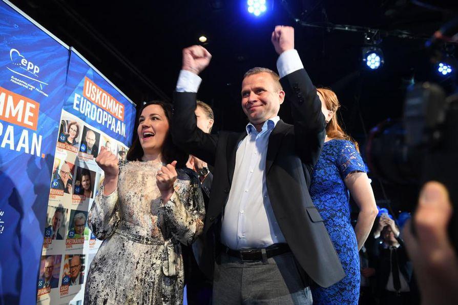 Kokoomuksen Sanni-Grahn Laasonen ja Petteri Orpo tuulettivat ennakkoäänten tuloksia vaalivalvojaisissa sunnuntai-iltana.