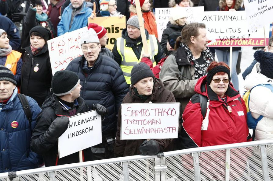 Ihmiset vastustavat aktiivimallia Ääni työttömille -mielenosoituksessa Helsingin Senaatintorilla.