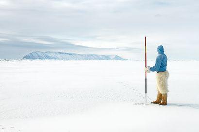 """Suomalainen valokuvaaja ihastui Pohjois-Grönlantiin, josta hän tuntee nyt lähes jokaisen alkuperäisasukkaan – Silti hän ymmärtää olevansa aina """"qallunaaq"""", ulkomaalainen ja ulkopuolinen"""