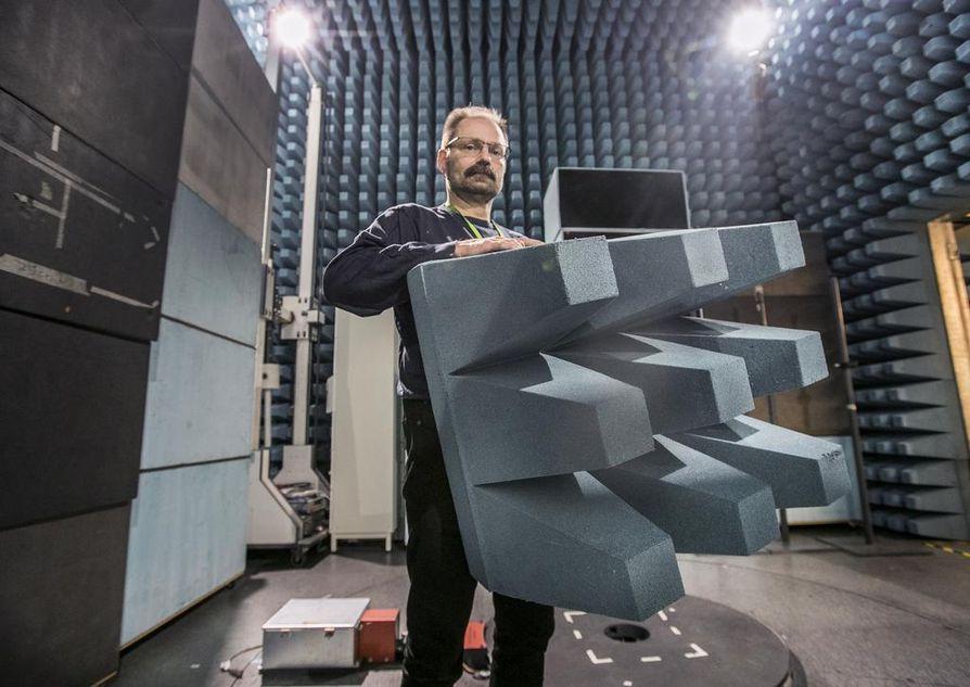 Tutkimusjohtaja Harri Posti sanoo, että maailmassa on noin kaksi miljardia ihmistä. jotka käyttävät Suomessa kehitettyä tekniikkaa. Kuvassa Oulun yliopiston radiokaiuton tila.