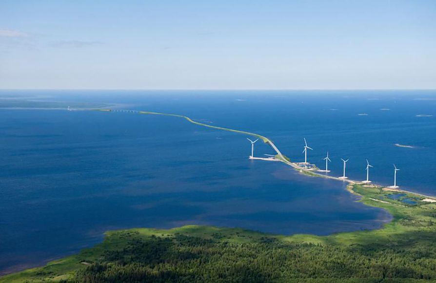 Kiinteän yhteyden pituus on noin 8,4 kilometriä ja se sisältää kaksi suurta siltaa ja pengertien. Pengertien pituus suunnitelmassa on 6,9 kilometriä ja siltojen yhteensä 1,5 kilometriä. Havainnekuva.