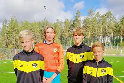 Seuran puheenjohtaja kertoo puheenvuorossaan, kuinka FC PaKan kasvatit pärjäävät nyt hyvin eri seuroissa Pohjois-Suomessa ja aina maajoukkuetta myöten