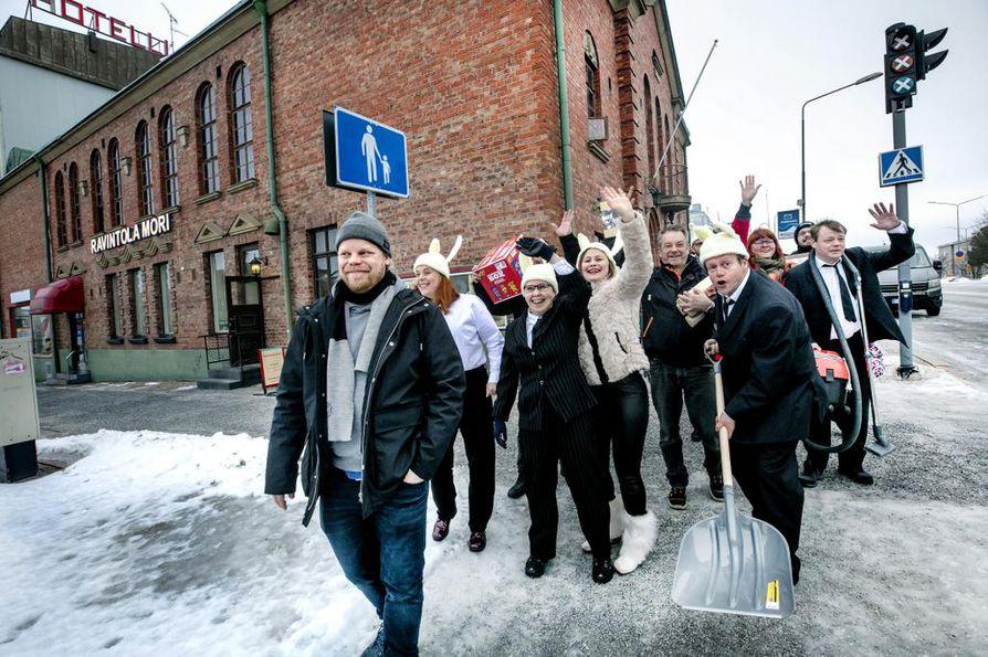 Jäniksen vuosi on komedia käpälämäestä. Näytelmän iloinen tekijätiimi piipahti ulos esityspaikkana toimivasta Kemin Pirtistä ohjaaja Petri Jäärnin johdolla. Kemin uusi Kulttuuritalo sijoittuisi rakennuksen taakse sisäpihalle.