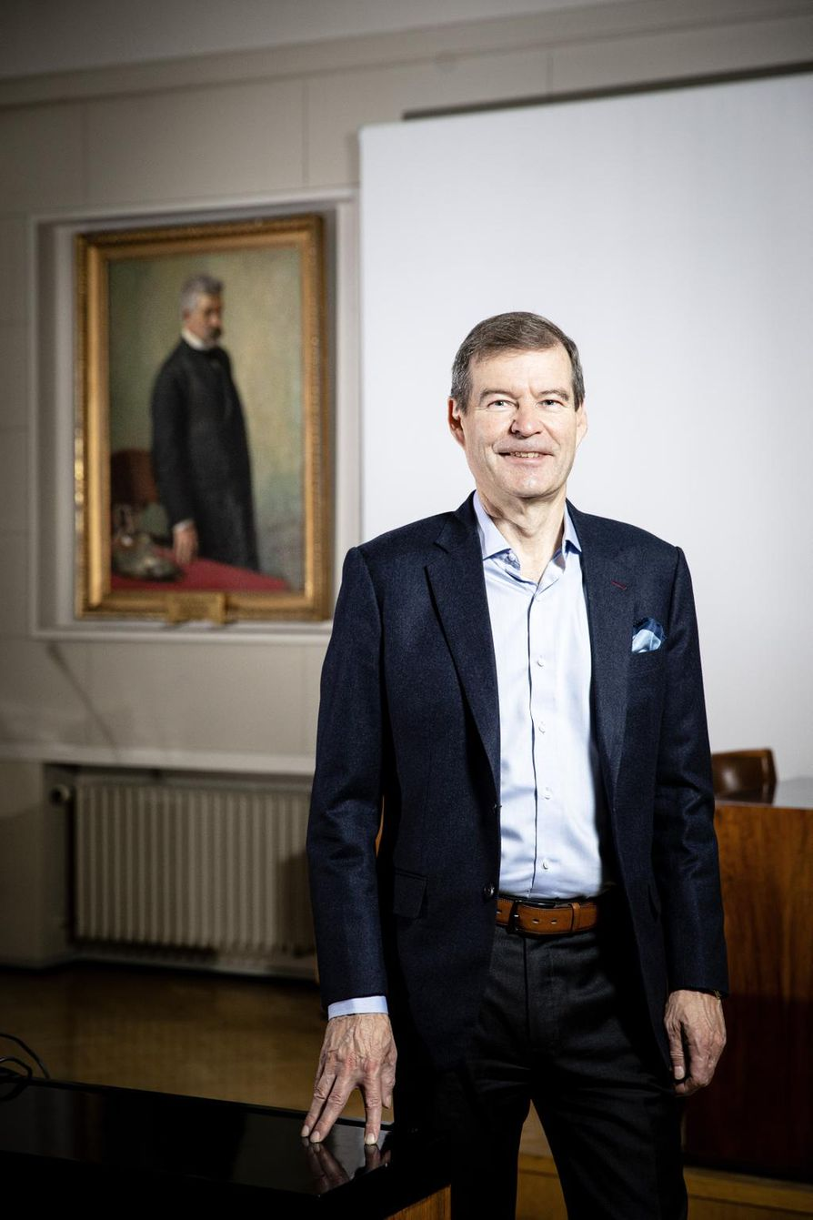 Helsingin yliopiston rehtori Jari Niemelä konsistorin salissa Helsingin yliopiston päärakennuksessa. Päärakennus Senaatintorin laidalla on osin remontissa.